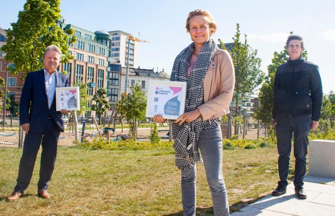 Annick De Ridder staat op de Scheldekaaien met de prijs voor Beste Publieke Plaats in haar handen