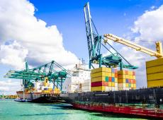 Containerschip in haven van Antwerpen