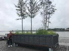 Annick De Ridder bij de nieuwe zitbanken aan de nomadenbomen bij de Schelde