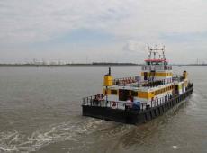 Veerboot die vaart over de Antwerpse Schelde